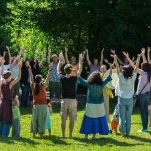 """""""…offen für die Schätze des Himmels…"""" Circle-Song beim Fest der Kulturen in Staufen; Foto: Ernst Schindl"""
