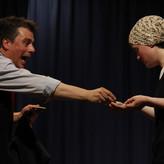 Akt III: Zachäus gibt der armen Frau das abgepresste Geld vierfach zurück.