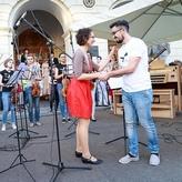 vor dem Rathaus, mit dem Dirigenten