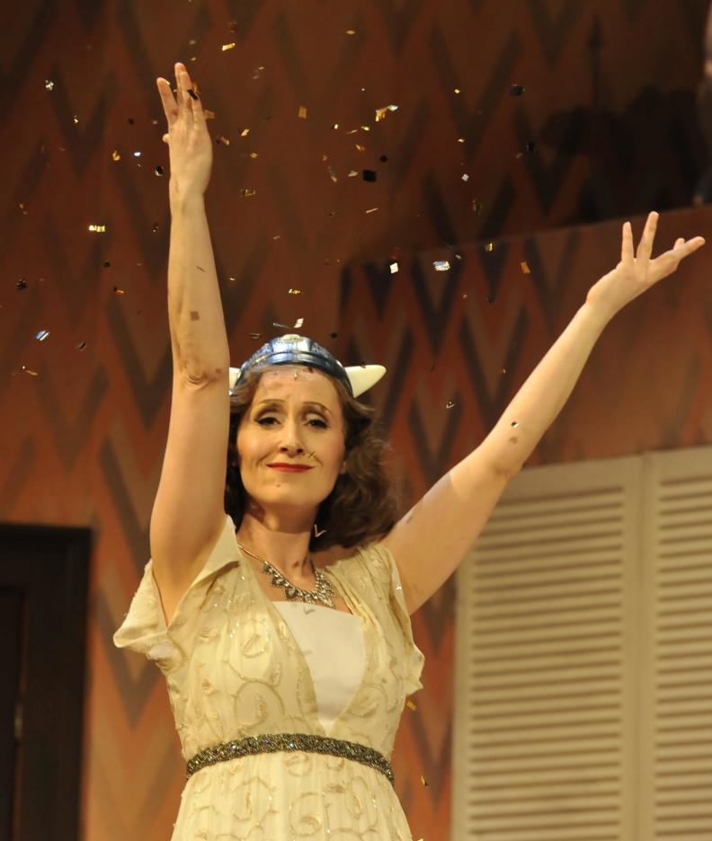 """Katja Bördner als """"Diana"""" in Othello darf nicht platzen/Lend me a tenor, Regie: Ansgar Weigner, Foto: Manja Herrmann"""