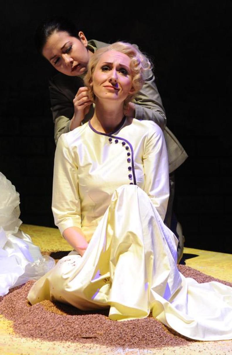 "Katja Bördner als ""Desdemona"" in Verdis ""Otello"", Regie: Bruno Berger-Gorski"
