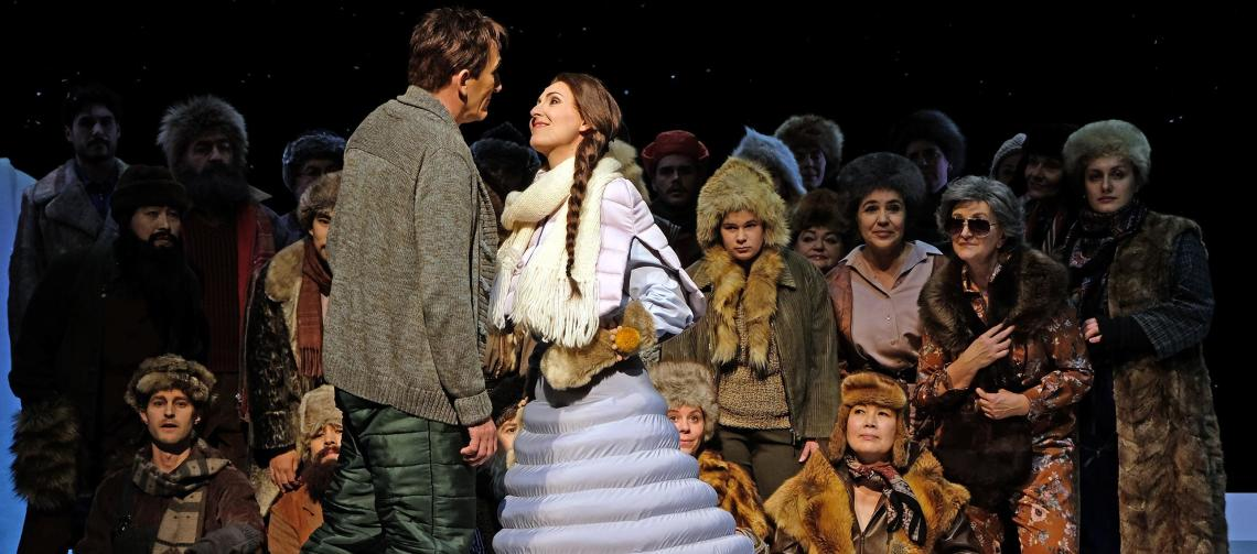 """Katja Bördner als Oxana in """"Die Pantöffelchen"""" von Tschaikowsky mit W. Schwaninger und Chor (Foto: von Traubenberg)"""