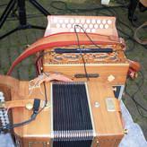 Mit ein wenig elektronischer Hilfe kommt jeder Zuhörer in den Genuss des Akkordeonspiels von Helga Supplieth