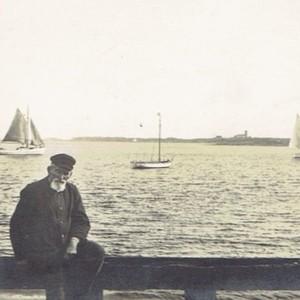 Blick vom Munkmarscher Hafen in die Keitumer Bucht. Vorne mein Urgroßvater, der Schiffszimmermann, Schiffer und Seehundjäger Hans Christian Thomsen (1855-1930). (Foto: Sammlung Wilhelm Borstelmann)