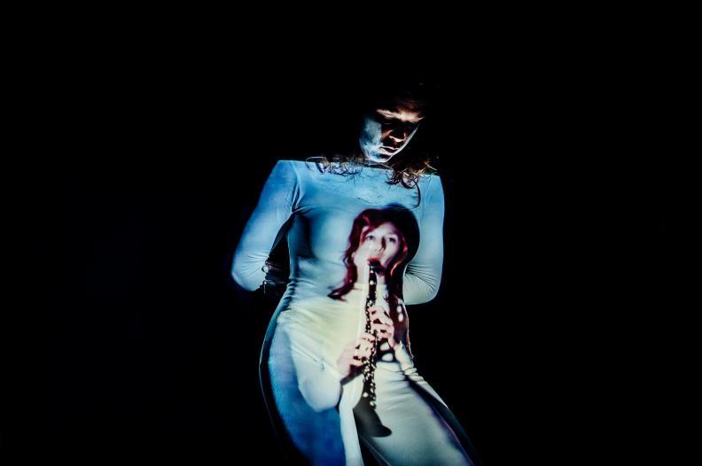 """© Gerhard Kühne """"Brigitta was the first to send me onstage without an instrument"""": Carola Schaal in Brigitta Muntendorf's """"#AsPresentAsPossible"""""""