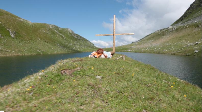 """© Screenshot Adrian Schmidt Exposed at breaking point: Carola Schaal as craftsman at 2200 meter altitude in Alexander Schubert's """"Acceptance"""" (2018)"""